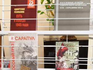 В Национальной библиотекеУР прошел новогодний праздник длядетей спроблемами зрения