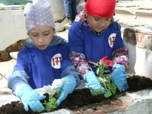 Подарок Национальной библиотекеУР отучастников экологической акции «Цветы любимому городу»