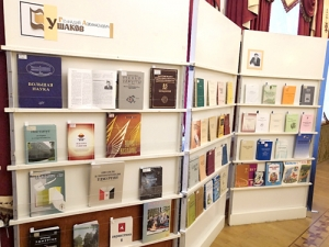 Выездная книжная выставка «Удмурт кылосбурез азинтӥсьёс» («Выдающиеся удмуртские лингвисты»)